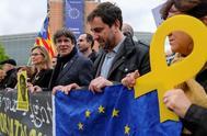 El ex presidente catalán Carles Puigdemont, junto a los ex consejeros Meritxell Serret y Antoni Comín, este martes, en Bruselas.
