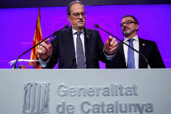 El presidente de Cataluña, Quim Torra (primer plano), y su consejero de Acción Exterior, Alfred Bosch, este martes, en una rueda de prensa.