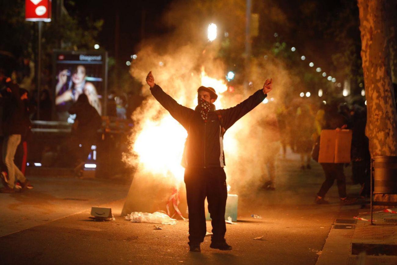 El Eixample derecho de Barcelona se ha transformado esta noche en el escenario de una batalla campal entre agentes de seguridad y grupos violentos de manifestantes que han quemado mobiliario urbano, construido barricadas y prendido hogueras.