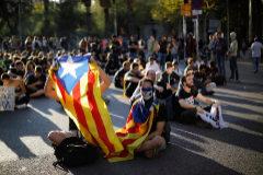 Manifestantes protestan tras conocer la sentencia del 'procés', este martes, en Barcelona.