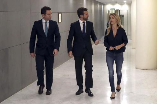 El presidente del PP, Pablo Casado, conversa con su portavoz en el...