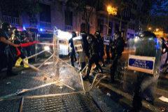 Protesta ante la Delegación de Gobierno en Barcelona, con varias cargas, y detenidos tras la quema y lanzamiento de objetos a la Policía por parte de los manifestantes.