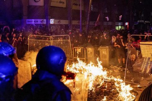 Cargas, barricadas y varios detenidos elevan la tensión en Cataluña