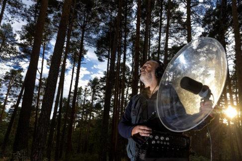 Carlos de Hita durante una grabación en el bosque de Vasaín (Segovia)