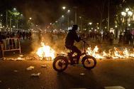 Una imagen de los disturbios ocurridos anoche en los alrededores de la Delegación del Gobierno en Barcelona.