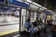 Varios viajeros en un tren de la línea 1 de Metro de Madrid.