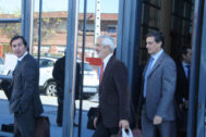 El presidente de Escal UGS, Recaredo Del Potro (en el centro), saliendo de los juzgados de Vinaroz.
