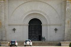 Agentes de la Guardia Civil, en la entrada del mausoleo del Valle de los Caídos.