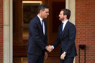 Pedro Sánchez y Pablo Casado, a las puertas de La Moncloa antes de la reunión para abordar los disturbios en Cataluña.