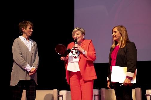 Momento del homenaje a la doctora Ana Lluch, jefa de Oncología y Hematología del Hospital Clínico de Valencia