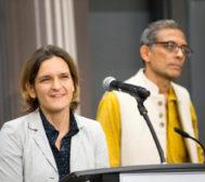 Esther Duflo junto a su marido, el economista Abhijit Banerjee, en el Instituto de Tecnología de Massachusetts en el que ambos son académicos.