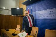 El portavoz de Vox, Alejandro Hernández, este miércoles en el Parlamento.