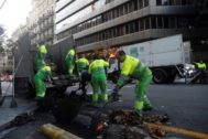 GRAFCAT5355. <HIT>BARCELONA</HIT> (CATALUÑA).- Operarios trabajan en la limpieza del centro de <HIT>Barcelona</HIT> este miércoles. Unos cien operarios y 45 equipos de limpieza del Ayuntamiento de <HIT>Barcelona</HIT> trabajan desde esta madrugada para limpiar el centro de la ciudad tras los enfrentamientos registrados ayer entre grupos de manifestantes violentos y policías.