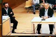 El acusado (izda), en uno de los pocos momentos en que levantó la vista, junto a Vicente Sala.