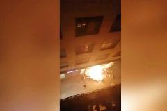Encapuchados prenden fuego al escaparate de una tienda de Zara