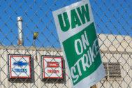 Una pancarta en la frente a la factoría de camiones en Flint (Michigan), .