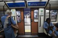 Dos pasajeras dentro de un vagón de Metro de Madrid.