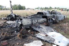 El F-5 que se estrelló en Talavera la Real, el 2 de diciembre de 2012. Murió el comandante instructor Ángel Álvarez Raigada (centro), y el alférez alumno Sergio Santamaría quedó gravemente herido y ya no podrá volar. El rey le entrega el despacho de teniente honorífico.