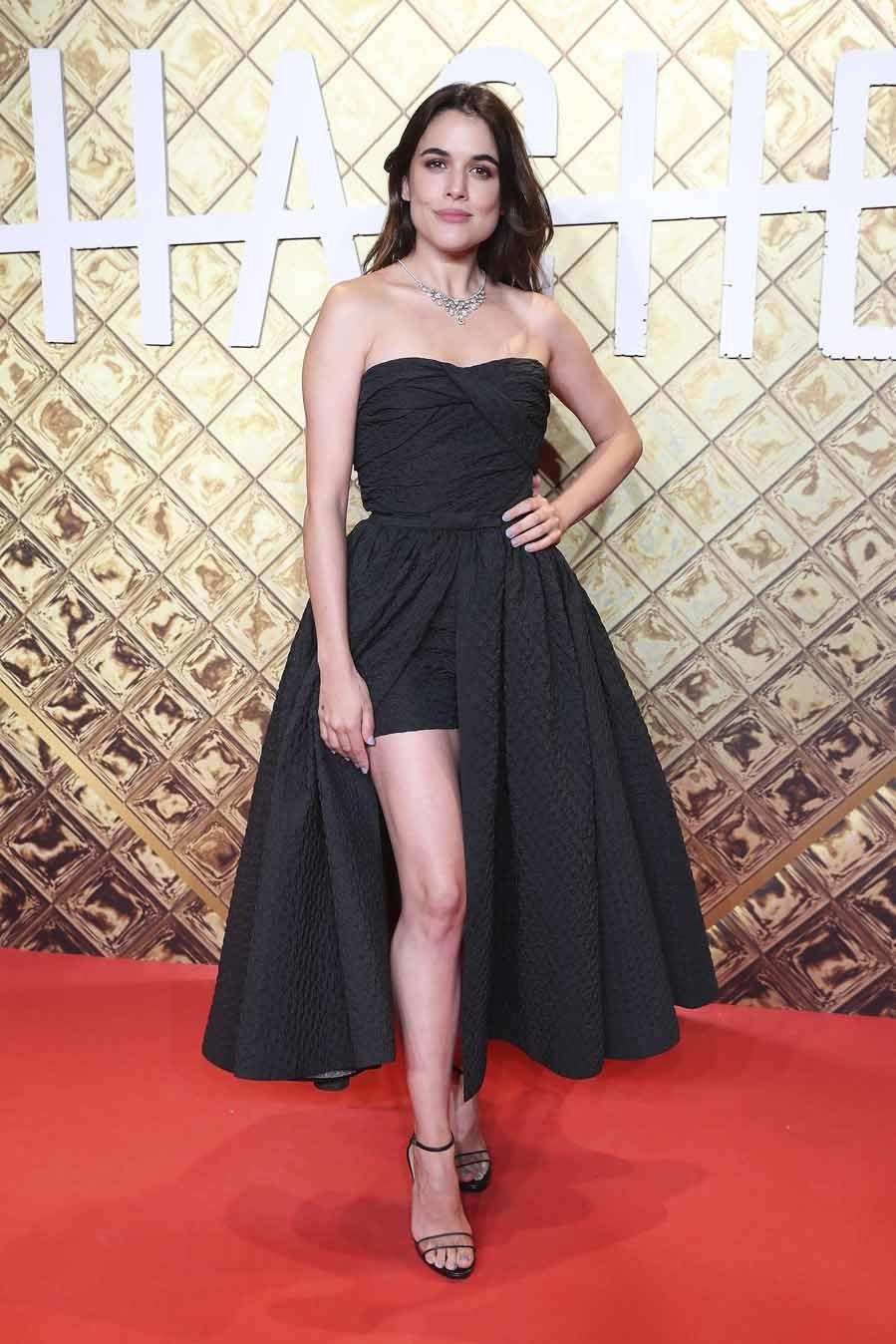 Adriana con vestido brocado asimétrico de la colección...