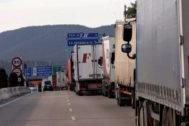 Intenso flujo de tráfico de camiones cerca del paso fronterizo de La Junquera.