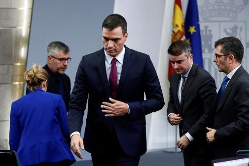 Pedro Sánchez, ayer por la noche, tras la rueda de prensa ofrecida en...
