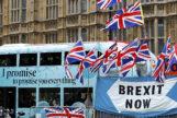 Un autobús pasa junto a una manifestación de partidarios del Brexit junto a Westminster, en el centro de Londres.