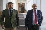 El portavoz de Vox en el Parlamento andaluz, Alejandro Hernández (dcha.), en los pasillos de la Cámara.