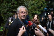 Peter Handke, en la puerta de su casa rodeado de periodistas, el día que le concedieron el Nobel.