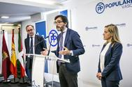 Iñaki Oyarzábal junto a Alfonso Alonso y Amaya Fernández durante la presentación de la propuesta fiscal.