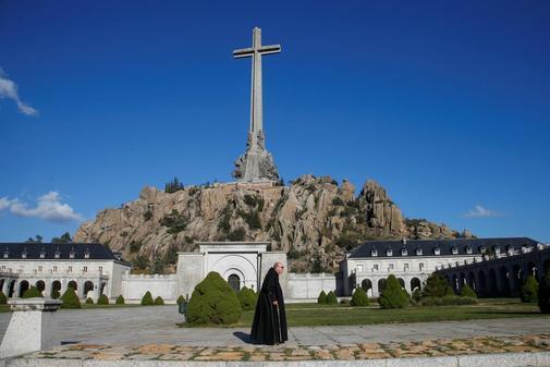 Un monje pasea por el Valle de los Caídos el pasado domingo.
