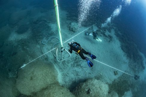 Un barqueólogo bucea en torno a los restos del Mentor.
