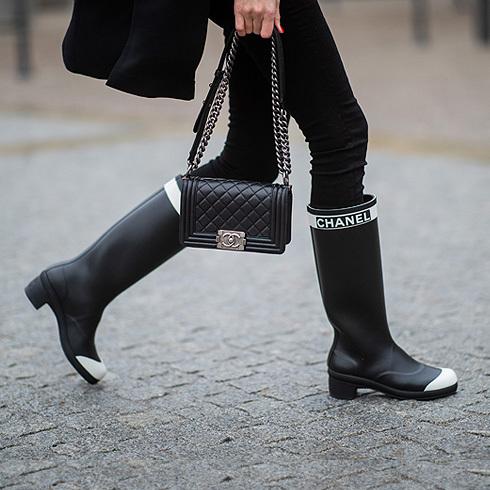 Así puedes llevar las botas de agua para la lluvia con tus looks de oficina