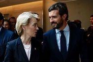 El presidente del PP, Pablo Casado, conversa con la presidenta electa de la Comisión Europea, Úrsula Von Der Leyen, hoy en Bruselas.