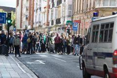 Los miembros de Ernai desafían a la policía mientras cortan la calle Manuel Iradier en Vitoria.