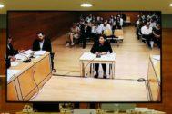 Antonia Martínez, emocionada, esta mañana declara ante el jurado.