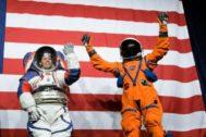 El traje xEMU (izquierda) para explorar la Luna y el mono para el lanzamiento y regreso a la Tierra
