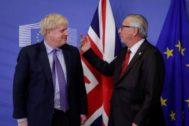 El primer ministro británico, Boris Johnson, con el presidente de la Comisión Europea, Jaen Claude Juncker.