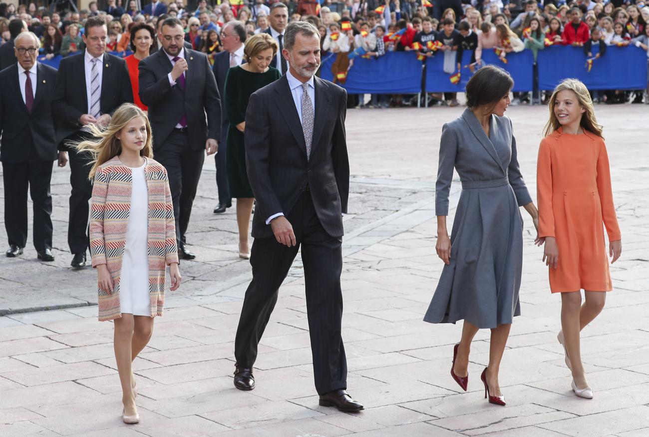 Los Reyes y sus hijas han llegado a las cinco de la tarde a la plaza de la catedral de Oviedo, donde les esperaban cientos de personas para darles la bienvenida.