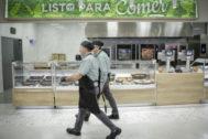 Trabajadores de Mercadona en uno de los supermercados de Valencia.