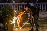 Dos manifestantes encienden una hoguera el pasado martes en Barcelona.
