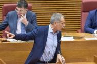 El síndic de Ciudadanos, Toni Cantó, en la tribuna de las Cortes Valencianas, este jueves