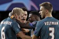 Los jugadores del Ajax celebran un gol en Mestalla.