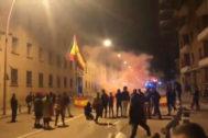 Vecinos salen de sus viviendas en apoyo de la Guardia Civil tras el ataque sufrido por el cuartel de Manresa (Barcelona).