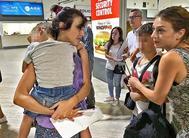 Juana Rivas con uno de sus hijos en brazos, antes de entregarlos a su padre, en el aeropuerto de Sevilla, el pasado 15 de agosto.
