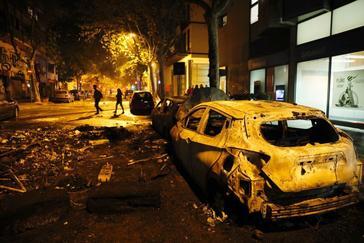 Vehículos estacionados en la calle Roger de Flor, calcinados durante los disturbios del miércoles.