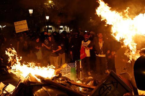 Grupos de extrema derecha e independentistas radicales se enfrentan  a golpes y botellazos en La Rambla