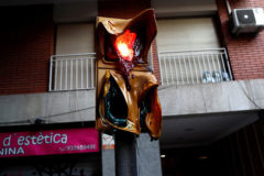 Un semáforo derretido por el calor de las barricadas que han ardido estos días en Barcelona.