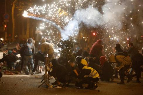 Nueva noche de disturbios, cargas, y fuego en las calles de Barcelona