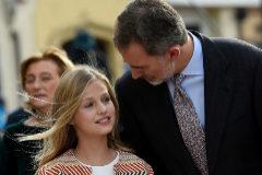 Felipe VI 'protege' a Leonor en un debut institucional marcado por la crisis en Cataluña