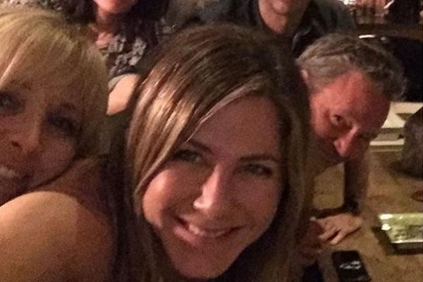 Jennifer Aniston con el reparto de Friends